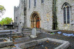 排行StMary的大教堂,五行民谣,爱尔兰, 2014年10月的入口墓碑 免版税库存照片