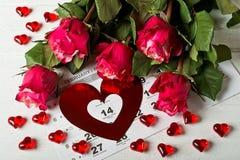 排进日程与英国兰开斯特家族族徽红色心脏和花束的页在情人节 免版税库存图片