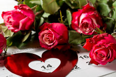 排进日程与英国兰开斯特家族族徽红色心脏和花束的页在情人节 免版税图库摄影