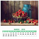 排进日程与静物画的2018年3月用草莓 免版税库存照片