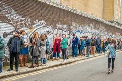 排队为入口的人们对伦敦咖啡节日 图库摄影