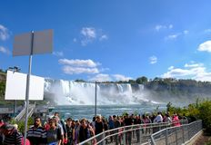 排队为小船的访客和游人在著名尼亚加拉瀑布,安大略绊倒 免版税库存图片