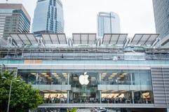 排队为新的iPhone6s的许多人民 免版税库存照片