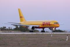 排队为的敦豪航空货运公司757离开 免版税库存照片