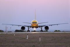 排队为的敦豪航空货运公司757离开 库存图片