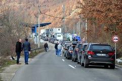 排队为过境塞尔维亚科索沃的汽车 库存照片