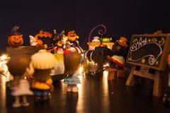 排队在与黑空白的牌欢迎的入口的男孩和女孩对万圣节节日党游乐园 欢乐Celebrat 免版税库存照片