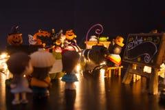 排队在与黑空白的牌欢迎的入口的男孩和女孩对万圣节节日党游乐园 欢乐Celebrati 免版税图库摄影