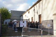 排队在列斯Trois Glorieuses de布戈尼三光彩的Daysin博恩的人们 库存照片
