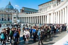 排队在圣皮特圣徒・彼得广场的人们在梵蒂冈 免版税库存照片