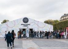 排队在帮助的巴黎帐篷发现housi的大学生 免版税库存照片