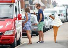 排队在搬运车的冰淇凌 免版税图库摄影