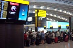 排队在机场的人们 免版税库存照片