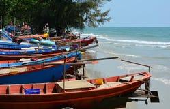 排队在海边的渔船 免版税库存照片