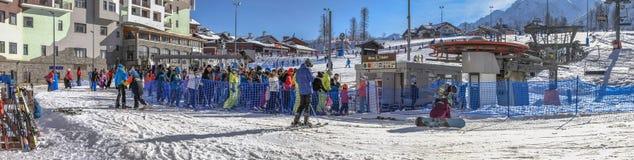 排队在滑雪电缆车,滑雪胜地罗莎Khutor 2014 2018场杯子比赛奥林匹克俄国索契冬天世界 库存图片