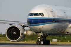 排队在跑道的波音777 库存照片