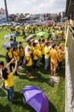 排队对标志的人群在Bersih 4集会 免版税库存图片