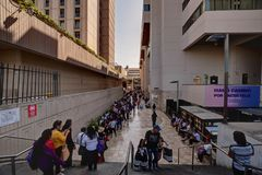 排队沿喜来登利马旅馆的边和会议中心的人们在利马秘鲁 库存图片