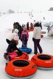 排队的人们去滑在里姆斯基,魁北克 免版税库存图片