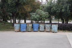 排队的垃圾箱 库存图片