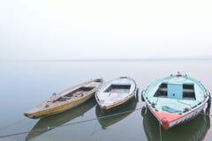 排队的小船在恒河在瓦腊纳西 库存图片