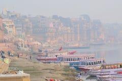 排队的小船在恒河在瓦腊纳西 免版税库存照片