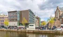 排队的游人到安妮・弗兰克房子在阿姆斯特丹在Westertoren旁边 免版税库存图片