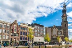 排队的游人到安妮・弗兰克房子在阿姆斯特丹在Westertoren旁边 库存图片