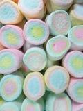 排队的粉红彩笔,黄色,蓝色的垂直的图片上色了蛋白软糖 库存图片