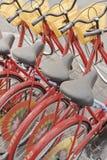 排队的红色出租自行车,北京,中国 免版税库存照片
