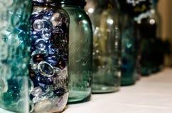 排队的金属螺盖玻璃瓶 免版税库存图片