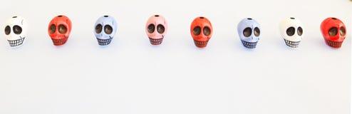 排队的滑稽的色的头骨 免版税库存图片
