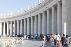 排队进入圣皮特圣徒・彼得的大教堂,梵蒂冈 库存照片