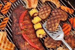 排骨、牛排、汉堡包小馅饼、玉米和胡椒在Gri 库存图片
