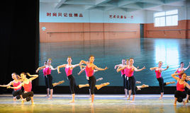 排练教室基本的舞蹈培训班 图库摄影