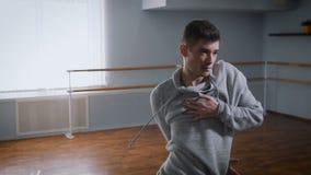 排练的霍尔 舞蹈老师排练在爵士乐的运动对一个现代派样式 一个现代派样式a 股票录像
