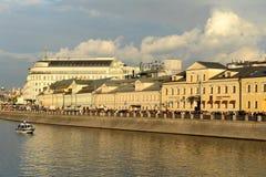 排水管道在1783-1786被修建了沿Moskva河的中央弯在克里姆林宫附近的 与M一起 免版税图库摄影