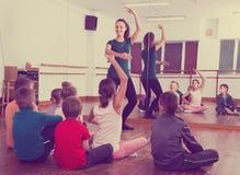 排练芭蕾舞蹈的感兴趣的孩子在演播室 免版税库存图片