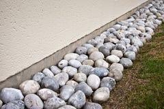 排水设备石边界 库存照片