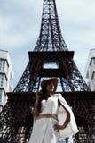 掠夺摆在反对假艾菲尔铁塔的头发的印地安夫人 免版税库存照片