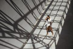 掠夺摆在金属stractures的几何阴影的头发的印地安夫人 免版税库存照片