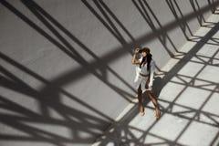 掠夺摆在金属stractures的几何阴影的头发的印地安夫人 免版税图库摄影