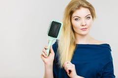 掠过她有刷子的妇女长的头发 免版税库存照片