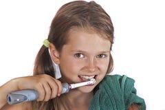 掠过的女孩她的牙 免版税库存图片