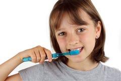 掠过的女孩她的牙 免版税库存照片