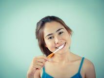 掠过的女孩她的牙 免版税图库摄影