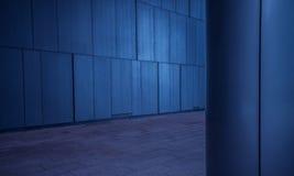 掠过的金属铺磁砖了盘区墙壁和在现代未来派建筑学的专栏背景 免版税库存照片