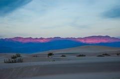 掠过破裂的死亡干燥全天相镜头rhotograph土壤日出谷白色 库存照片