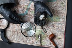 探员在与地图一起使用 免版税库存照片