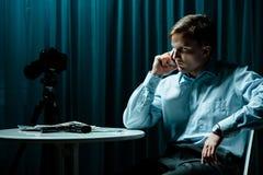 探员谈话在电话 免版税库存照片